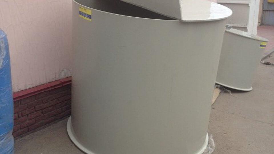 Фото №1. Емкость цилиндрическая из ПП для питьевой воды с крышкой на петлях. (Вид 1)