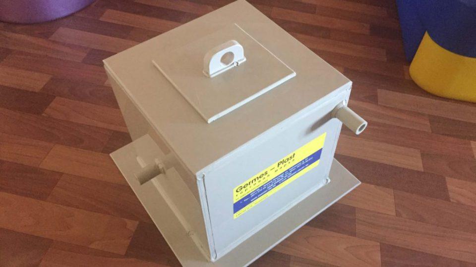 Квадратная пластиковая емкость  для хранения горячей воды