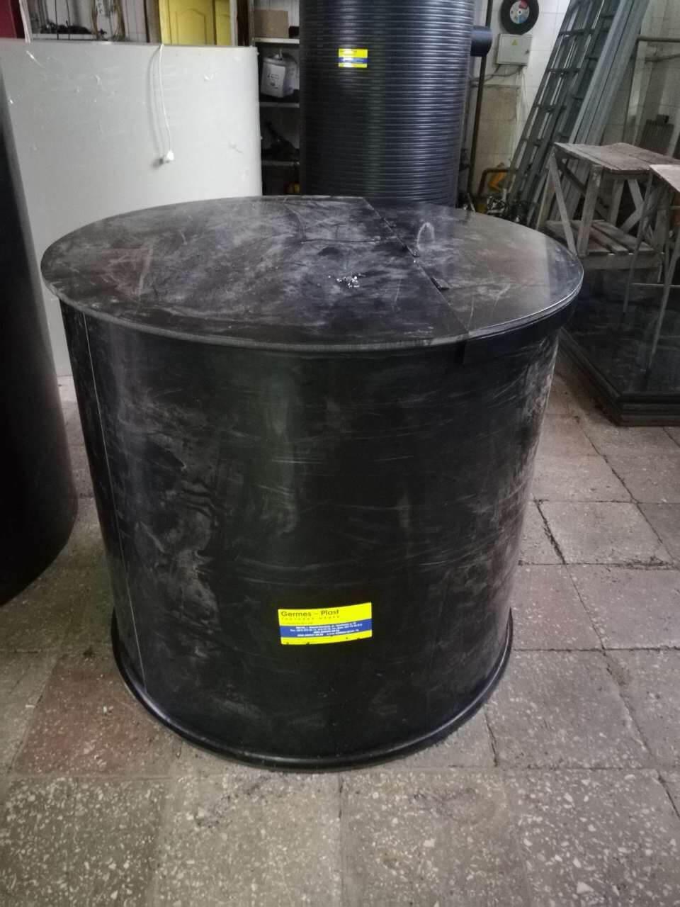 Цилиндрическая пластиковая емкость  для хранения щелочи